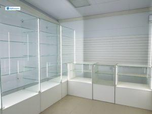 Торговое оборудование в Краснодаре. Комплектация: стеклянные витрины, прилавки, установлена подсветка по бокам.