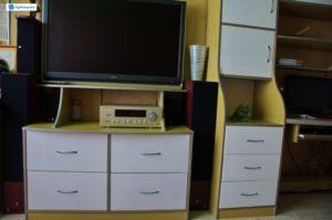 Пристенная тумба под телевизор с встроенными ящиками.