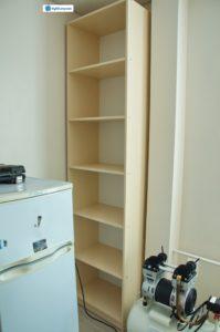 Мебель для подсобного помещения в стоматологической клинике. На фото: 1. Кухонный уголок. 2. Два стандартных ящика. 3. Открытый стеллаж. Материал: ЛДСП. Цвет: песочный.