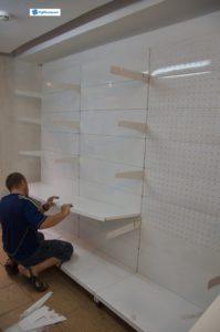4. Процесс установки металлических стеллажей