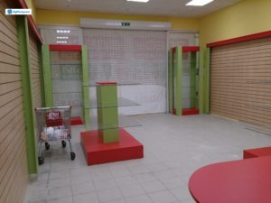 Обустройство магазина. Торговое оборудование: ресепшен замкнутого типа, торговые островки, экономпанели по стенам с декорами
