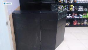 Ресепшен для магазина в черном цвете со стеклянной витриной