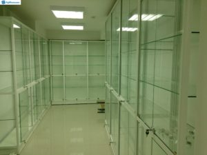 Торговое оборудование Краснодар. Встроенные витрины из стекла с профилем.