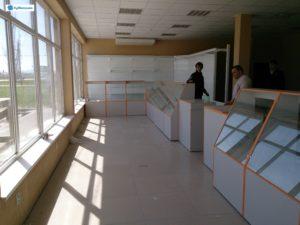 Торговое оборудование Краснодар. Обустройство магазина. Металлические стеллажи, стеклянные прилавки наклонного типа.