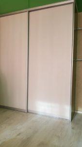 Встроенный шкаф-купе для дома. Материал: ЛДСП. Цвет: хром матовый. Высота: 2,5 м. Ширина: 2 м. Глубина: 0,6 м. Раздвижные двери-купе из алюминиевого профиля ARISTA/