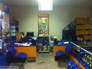 Торговое оборудование Краснодар. Обустройство магазина. Торговые витрины и прилавки в ярком цвете с подсветкой.