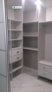Просторная и уютная гардеробная для квартиры.