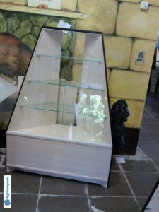 Торговое оборудование Краснодар. Угловой стеллаж со стеклянной лицевой стороной и полками.
