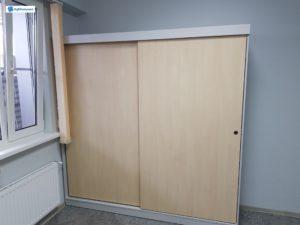 Компактный и комфортный шкаф-купе в офис. Совмещает в себе пространство для одежды и документов. Строгие серебристые тона идеально впишутся в любой интерьер.