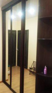 Шкаф-купе в жилом доме. Высота: 2,7 м. Ширина: 2,10 м. Глубина: 0,6 м. Цвет: северное дерево тёмное.
