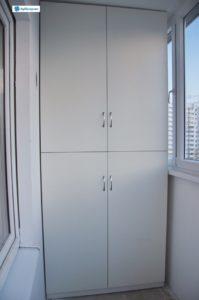 """Шкаф пристенный """"Майский ландыш"""". Установлен на балконе. Материал: ЛДСП. Дверцы: ДСП в алюминиевом профиле. Цвет: белый. Высота: 2,60 м. Ширина: 1,10 м. Глубина: 0,7 м."""