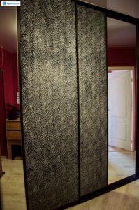 Встроенный угловой шкаф-купе с двумя раздвижными дверцами. Дверцы из МДФ с мягкой тканевой обшивкой и зеркалами.