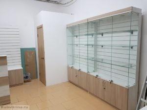 Торгово-выставочное оборудование для магазина сотовой связи в Архипо-Осиповке. Комплектация проекта: 1. Стойка ресепшен: ЛДСП, сочетание цветов: дуб сонома и белого. 2. 2 стеклянных витрины с задней стенкой эконом-панели и накопителем. Стеклянные двери и дверцы накопителя с замками. Сверху выполнена подсветка: два точечных диодных светильника холодного белого цвета. 3. 2 витрины с эконом-панелями и накопителем без стекла. 4. 2 стеклянных витрины без эконом-панелей.