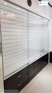 Торговое оборудование в Краснодаре: торговые витрины стеклянного типа с экономпанелями и выдвижными ящиками. На замках