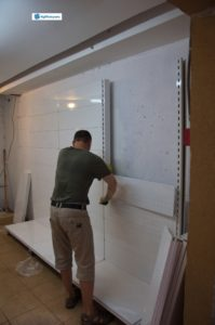 2. Процесс установки металлических стеллажей