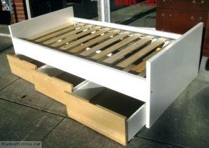односпальная кровать со встроенными ящиками